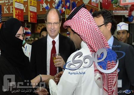 """بالصورة..تحت سقف """"كارفور"""" سعودي يتزوج زميلته بمباركة """"فرنسية"""" في جدة"""