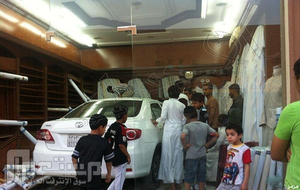 صور: سوداني يقتحم محلاً للخياطة بسيارته قبل موعد الإفطار بدقائق!
