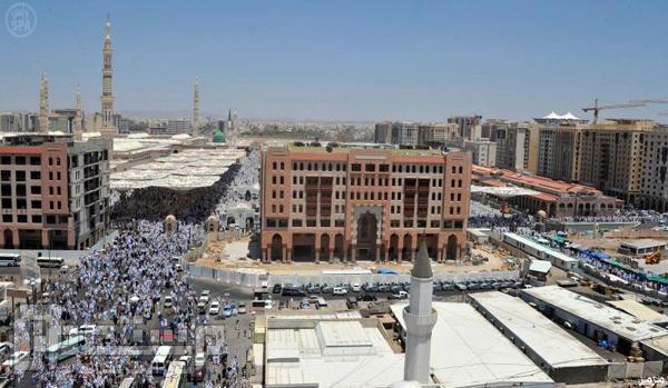 صور: أكثر من نصف مليون مصل يشهدون الجمعة الأخيرة من رمضان بالحرم النبويّ