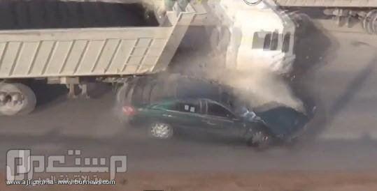 بالفيديو .. لحظة وقوع حادث مروع لشباب كانوا برفقة أحد المفحطين ونجاتهم من م