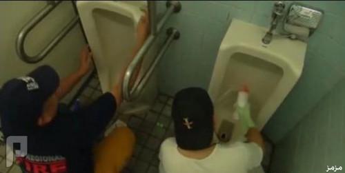 فيديو: تنظيف دورات المياه .. هواية اليابانيين في إجازاتهم