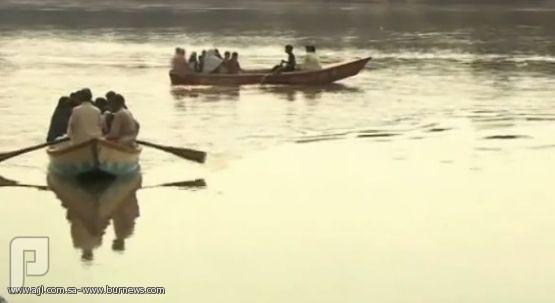 فيديو..باكستاني يغرق ابنته في النهر لرغبته بولد