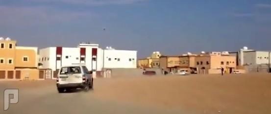 """بالفيديو .. سيارة """"الهيئة"""" تطارد شاباً أمام مدرسة بنات بـ """"عرعر"""""""