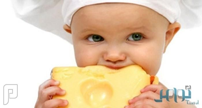 الفوائد الغذائية للجبن والوقت المناسب لإطعامه للطفل
