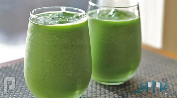 المشروب الاخضر فوائدالخضروات الطازجة في كوب من العصير