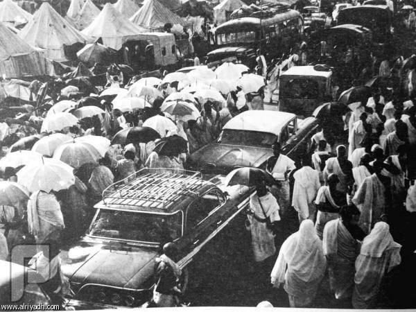 """سيارات الأجرة قديماً.. مشاوير """"الطيّبين"""" على الطلب! نقل الناس وامتعتهم مصدر رزق للكثير قديماً"""
