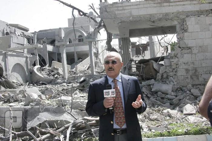 شاهد اول صورة لعلي عبدالله صالح امام منزلة بعد تدميرة