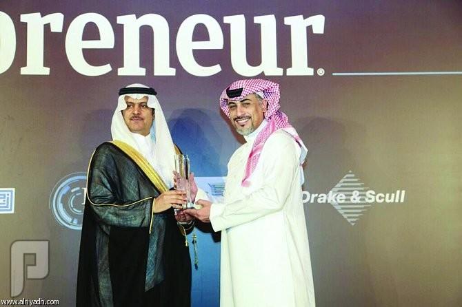 «دار الأركان» تحصد جائزة «الابتكار في التطوير العقاري» 2015 عبدالعزيز الضعيان يتسلّم الجائزة من خالد المقيرن