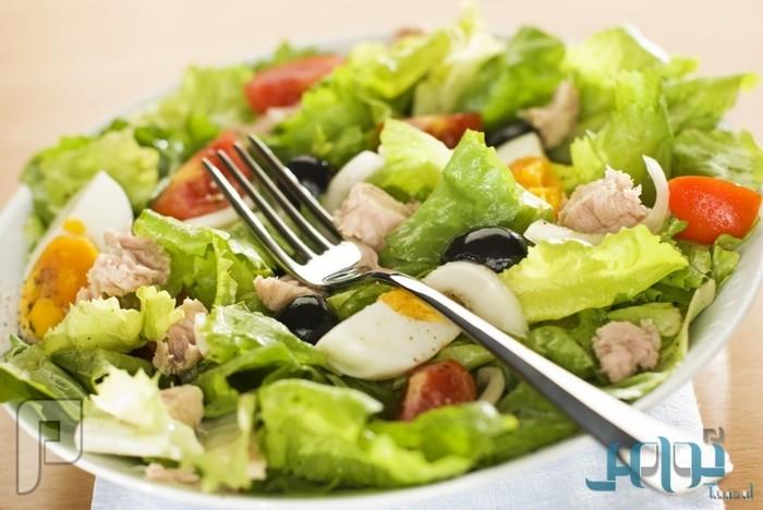 نصيحة خبراء التغذية للرجال: تناوَل البيض أو الجبن مع السلطة