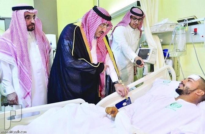 ولي العهد يزور طالباً بالمستشفى ويشاركه فرحة التخرج