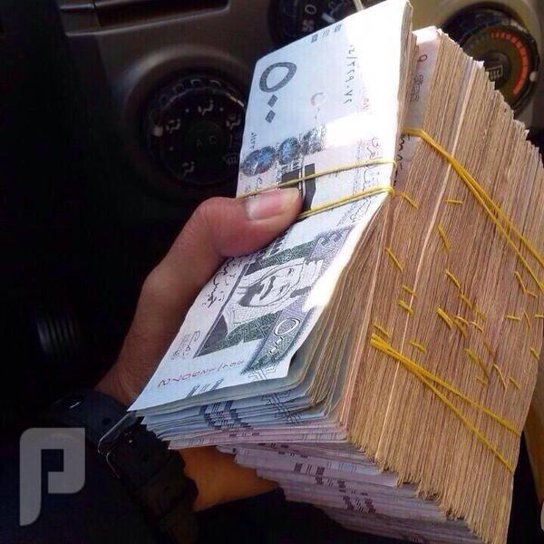 أمير محافظة عرعر يوزع مبالغ مالية على من يلتقي به في شوارع عرعر