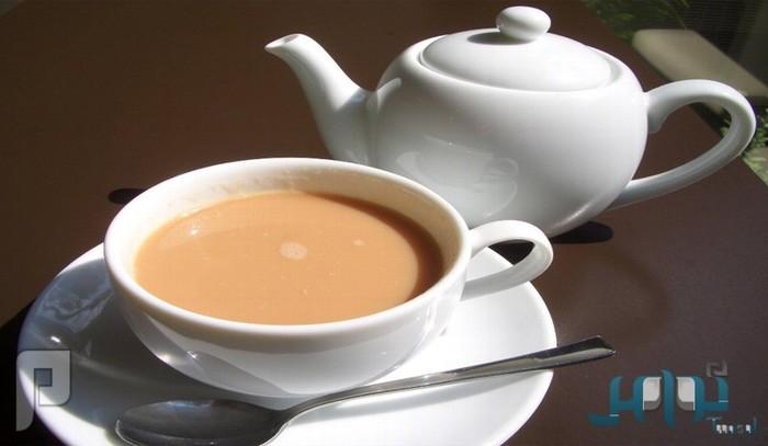 دراسة: الشاي بالحليب يتفوق على «مُبيِّض الأسنان»