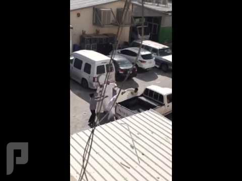 مضاربة شباب سعوديين عشان موقف سيارة