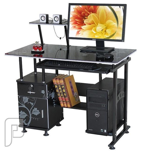 مكتب خشبي مطعم بقوائم معدنية ذو لون أسود مميز ومودرن