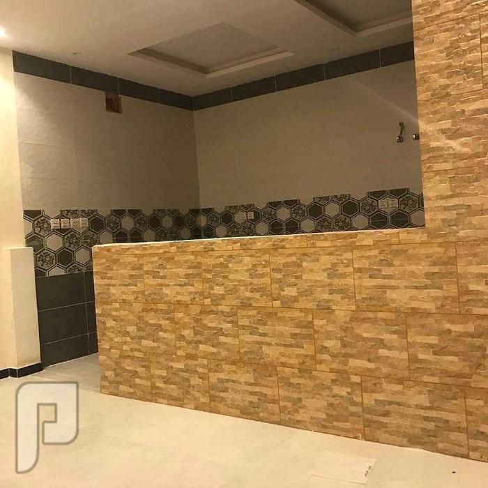 شقة ثلاث غرف خلفية 2 حمام مع صالة ومطبخ وموقف خاص وخزانات