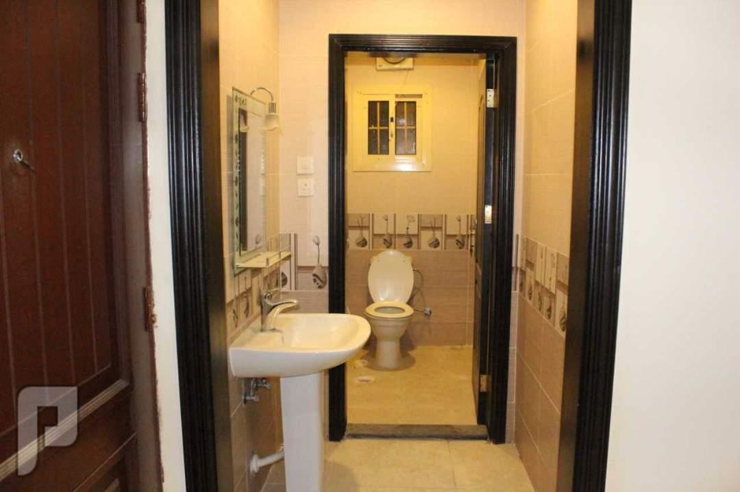 شقة ثلاث غرف خلفية 2 حمام مع صالة ومطبخ وموقف خاص وخزانات مستقلة سفلية