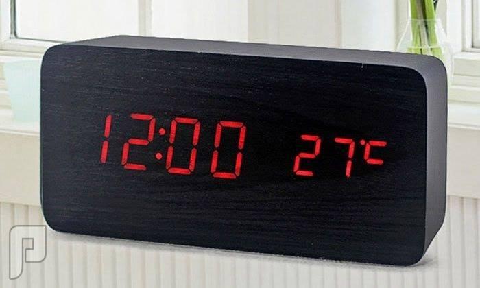 ساعــة رقمية عصرية ذات ملمس خشبي رائع