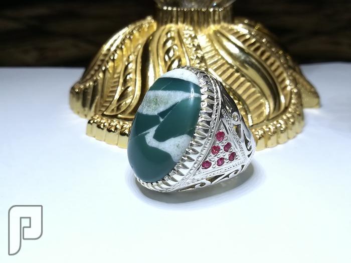 خاتم عقيق يماني طحلبي طبيعي ابيض واخضر اللون