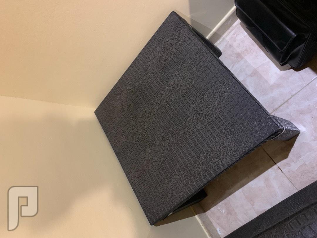 اثاث منزلي - كنب بحالة جيد للبيع العاجل عدد 2 طاولة جلد مقاس 60*60