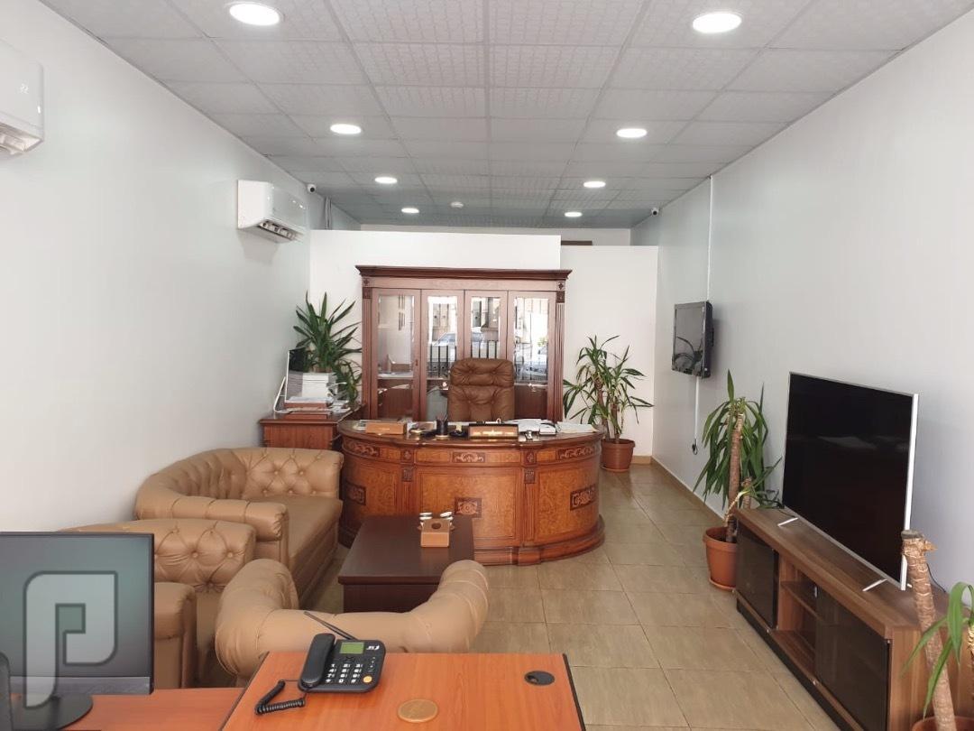 أثاث مكتبي للبيع لأغراض نقل الموقع
